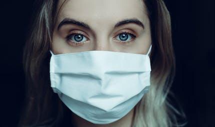 Covid-19 : faut-il porter deux masques de protection ?