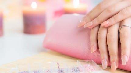 Attention, la colle pour les faux ongles peut provoquer des brûlures