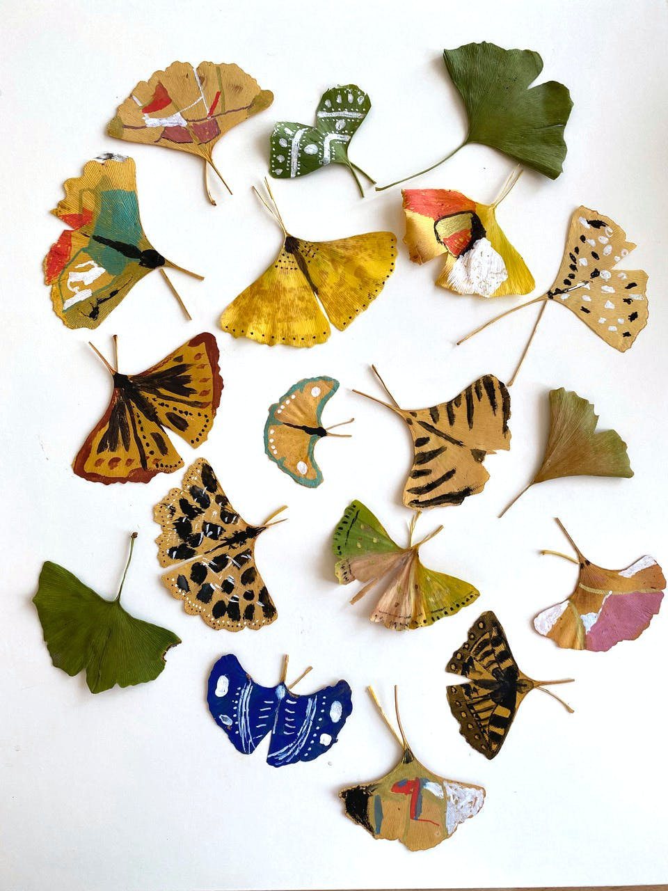 Des papillons peints sur des feuilles