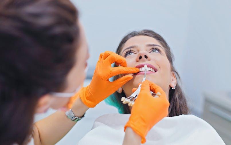 Couronne dentaire : pose, durée de vie, remboursement