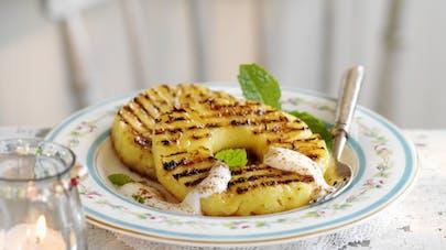 Ananas rôti au fromage blanc et à la cannelle