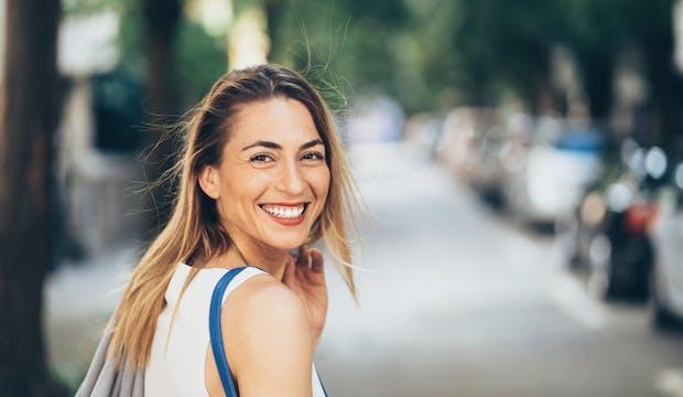 Jeune femme, souriante, rue, dehors
