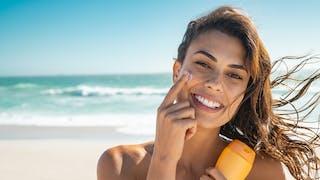 Crèmes solaires 2021 : quelles sont les meilleures crèmes pour bronzer cet été ?