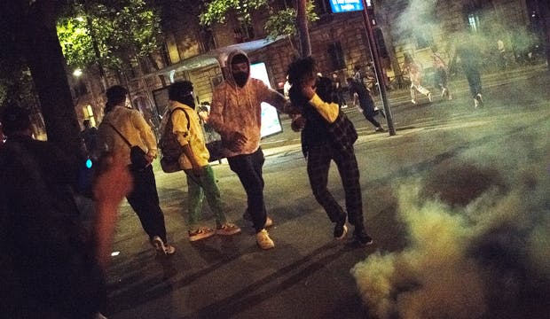 Paris, nuit, fêtards, lacrymogènes