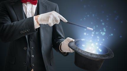 Votre bébé est captivé par les tours de magie ? Il deviendra certainement un enfant curieux
