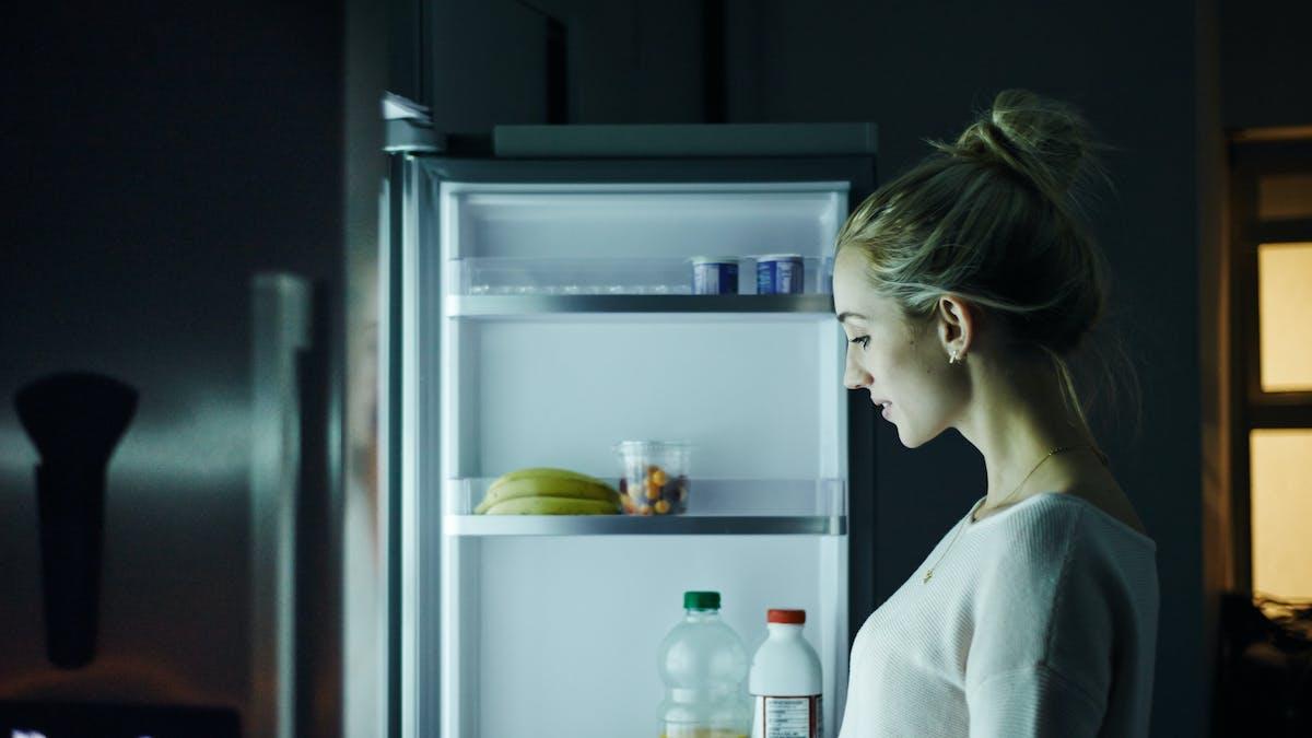 Femme devant un frigo