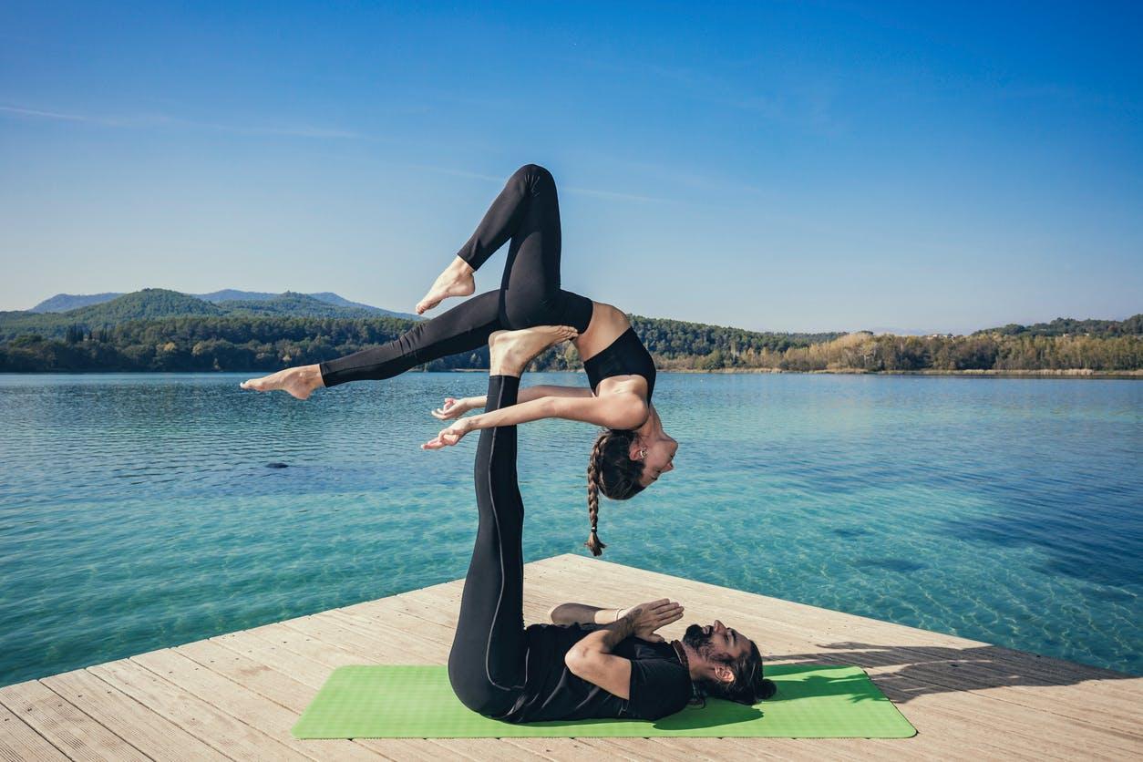 Yoga en couple : découvrez l'acroyoga, un sport très sexy