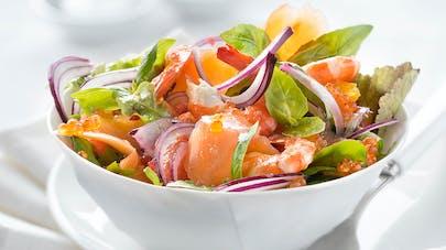 Salade folle au saumon fumé et aux crevettes