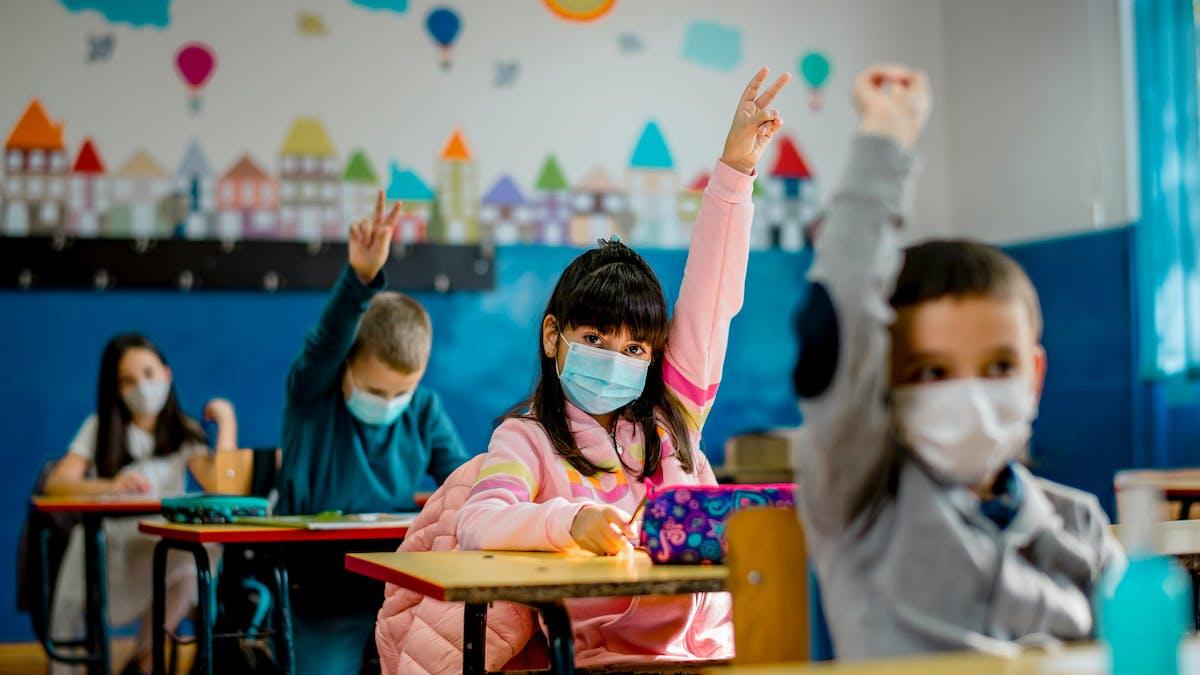 Ecoliers portant des masques à l'école.