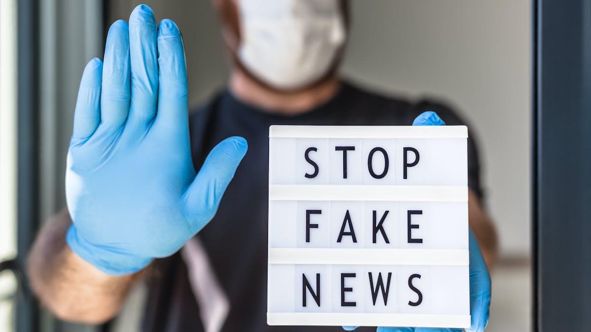 """Un écran lumineux avec écrit """"Stop fake news"""""""