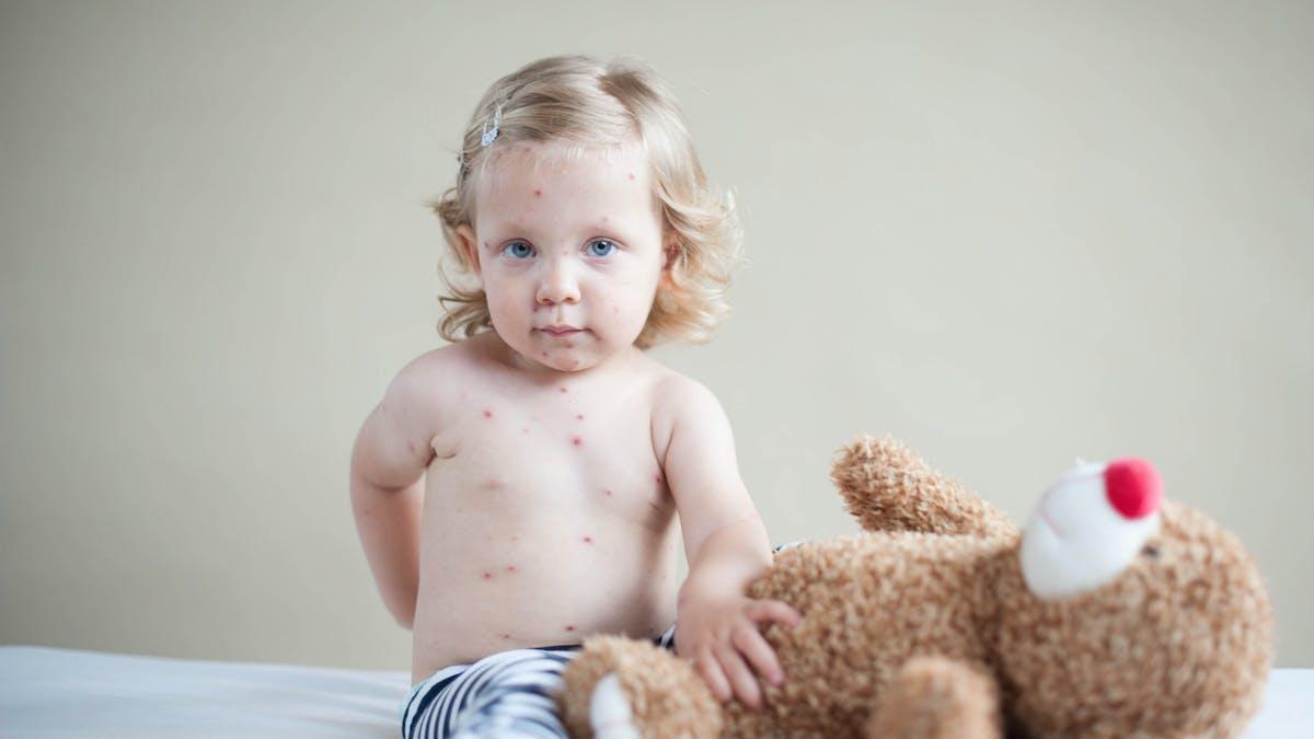 Petite fille malade et son ours en peluche