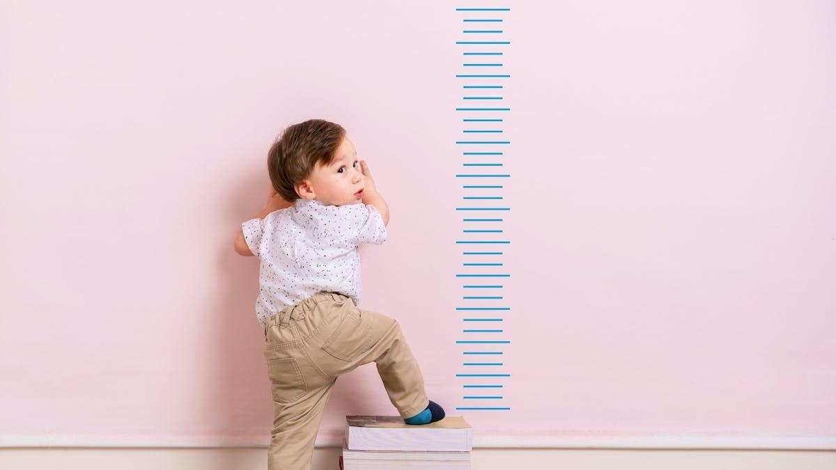 Mesure de la taille d'un petit garçon
