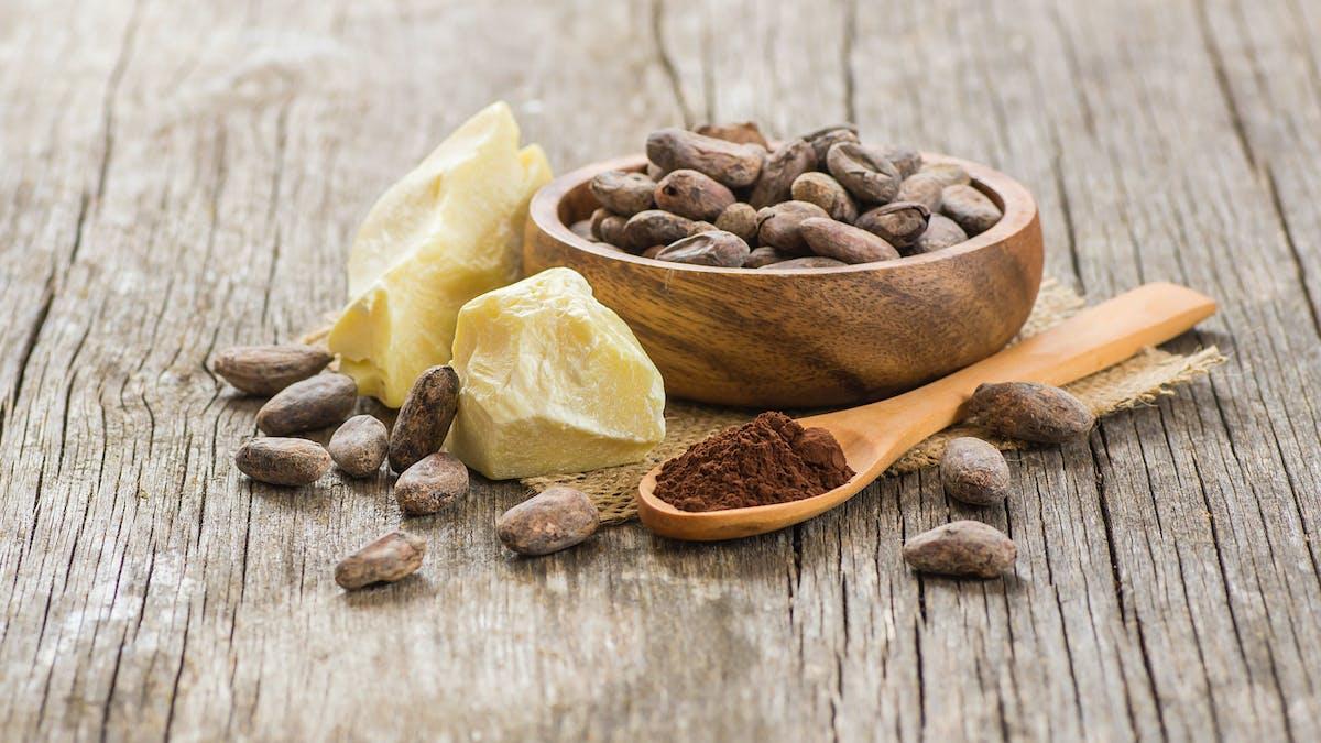 Du cacao dans un bol et dans une cuillière