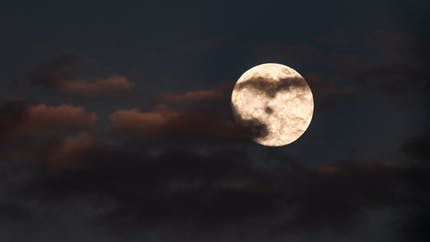 Le sommeil des hommes pourrait être plus influencé par la lune