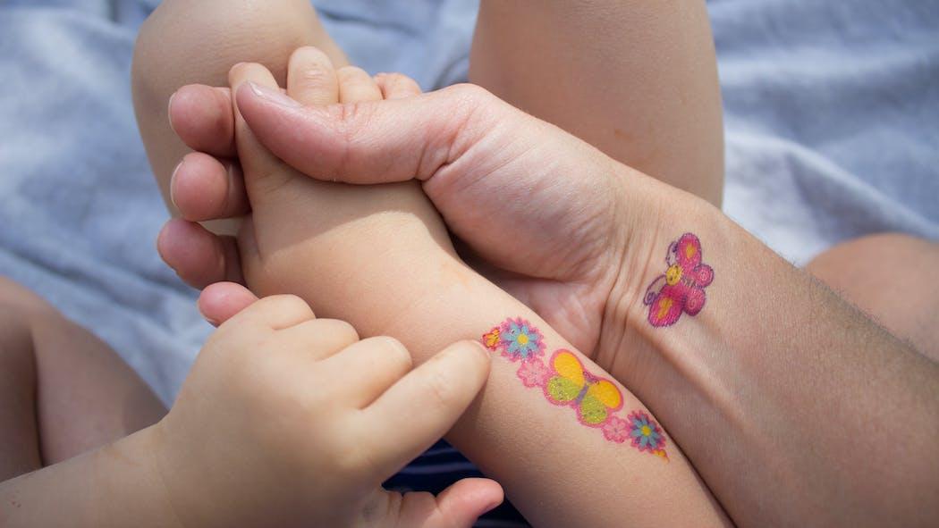 Pourquoi il faut éviter les tatouages temporaires chez les enfants