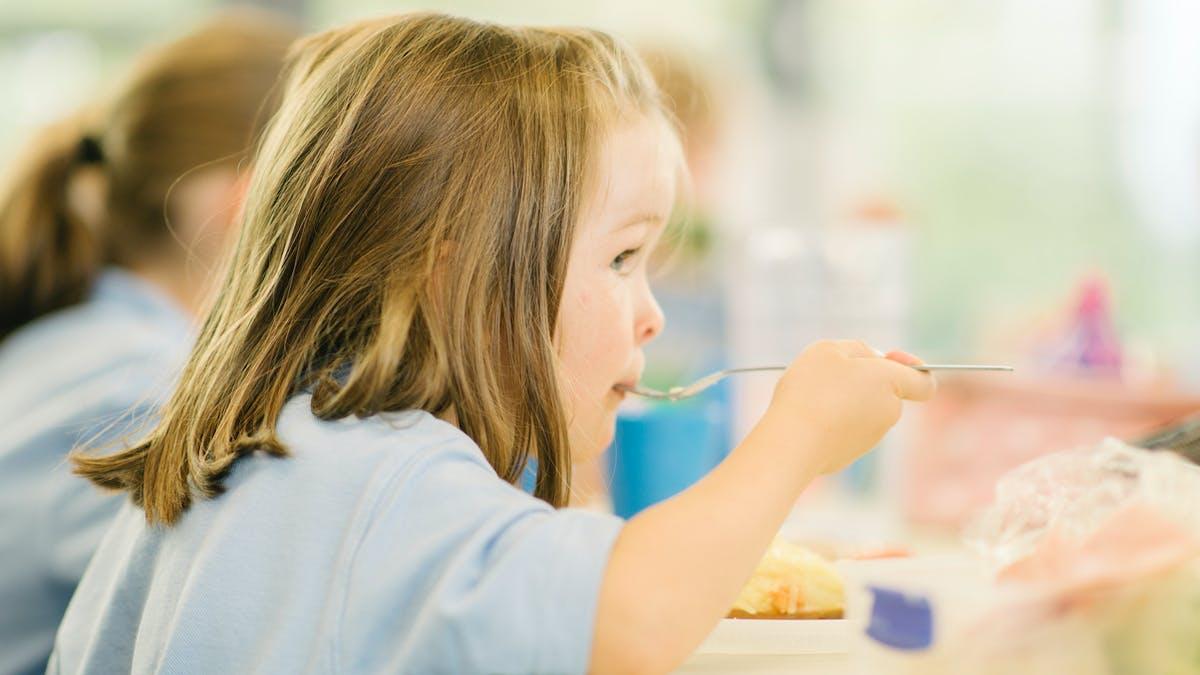 Aider son enfant à manger équilibré à la cantine