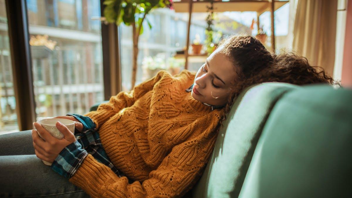 Femme fatiguée en automne