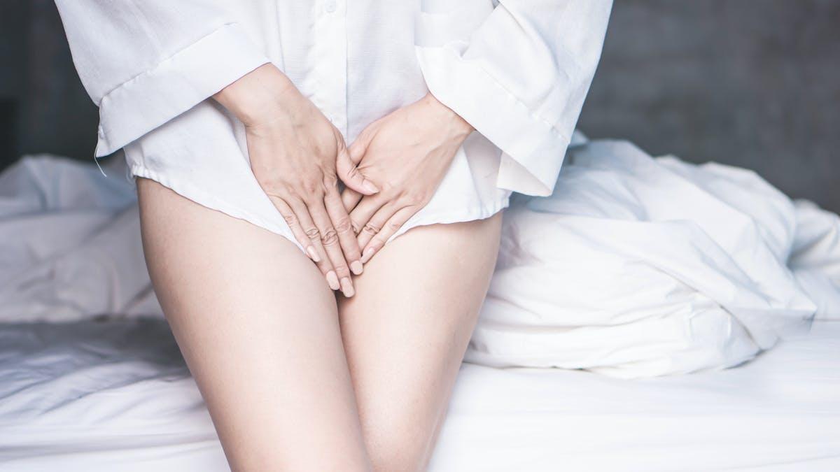 Femme souffrant de douleurs au niveau du vagin, problème gynécologiqque
