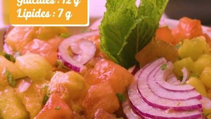 Recette de la salade aux tomates, aux oignons et aux pêches en vidéo