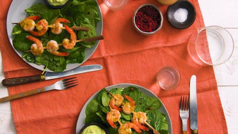 Brochettes de crevettes et salade d'épinards